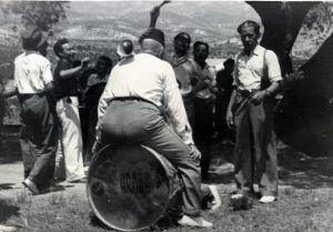 Festes de 1945 al mas. Quico Xaco tocant el bombó